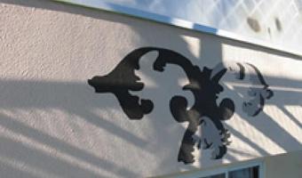 画像:壁紙にロゴのようなデザインが載っている、スマホ用